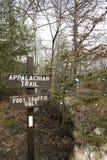 与圣诞节装饰品的阿巴拉契亚足迹标志在树 免版税库存照片