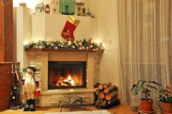 与圣诞节装饰的一个壁炉 库存照片