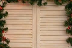 与圣诞节装饰的一个树窗口 库存图片
