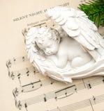 与圣诞节装饰的一点可爱的睡觉天使 免版税库存图片