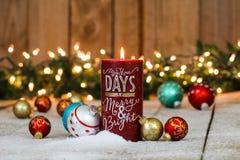 与圣诞节装饰的假日蜡烛 免版税库存照片