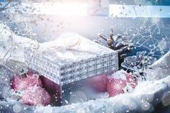 与圣诞节装饰的冬天背景 新年好 快活的圣诞节 免版税库存图片