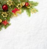 与圣诞节装饰的冷杉分支在自然雪背景  免版税库存照片