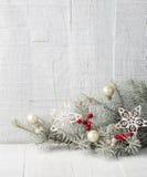 与圣诞节装饰的冷杉分支 免版税库存图片