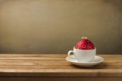 与圣诞节装饰的咖啡杯 免版税图库摄影