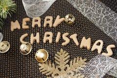与圣诞节装饰的圣诞快乐姜饼 免版税库存照片