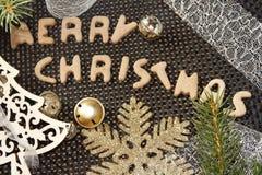 与圣诞节装饰的圣诞快乐姜饼 库存照片