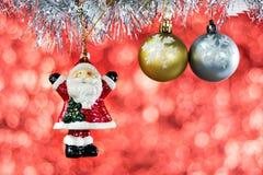 与圣诞节装饰的圣诞老人和圣诞节球 免版税库存图片