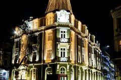 与圣诞节装饰的大厦在晚上 图库摄影