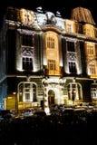 与圣诞节装饰的大厦在晚上 库存图片