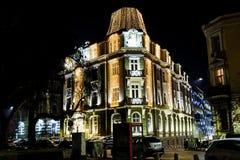 与圣诞节装饰的大厦在晚上 免版税库存照片