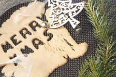 与圣诞节装饰的快活的xmas姜饼 库存图片