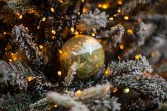 与圣诞节装饰的抽象未聚焦的背景 图库摄影