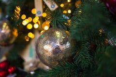 与圣诞节装饰的抽象未聚焦的背景 免版税库存照片