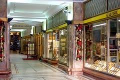 与圣诞节装饰的拱廊在布拉格 图库摄影