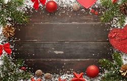 与圣诞节装饰的木桌 委员会顶视图有自由空间的招呼的文本的 库存图片