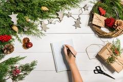 与圣诞节装饰的杜松分支 背景圣诞节新年度 杜松、笔记本和a具球果分支  免版税库存图片