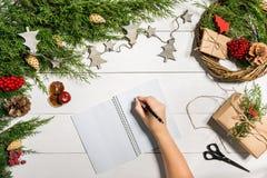 与圣诞节装饰的杜松分支 背景圣诞节新年度 杜松、笔记本和a具球果分支  免版税图库摄影