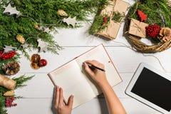 与圣诞节装饰的杜松分支 背景圣诞节新年度 杜松,笔记薄具球果分支和 免版税库存图片