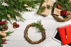 与圣诞节装饰的杜松分支 背景圣诞节新年度 杜松,红色笔记薄具球果分支和 免版税库存图片