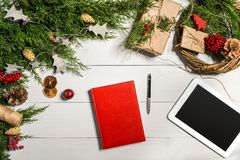 与圣诞节装饰的杜松分支 背景圣诞节新年度 杜松,红色笔记薄具球果分支和 图库摄影
