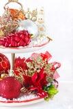 与圣诞节装饰的杯形蛋糕立场。 免版税库存图片