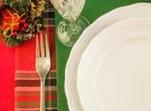 与圣诞节装饰的欢乐桌设置 免版税库存照片