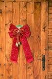 与圣诞节装饰的瑞士山中的牧人小屋门 免版税库存照片