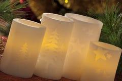 与圣诞节装饰的电蜡烛在大气光 免版税图库摄影