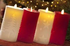 与圣诞节装饰的电蜡烛在大气光 免版税库存照片