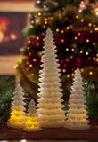 与圣诞节装饰的电蜡烛在大气光 图库摄影