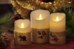与圣诞节装饰的电蜡烛在大气光 免版税库存图片