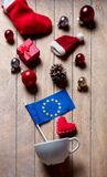 与圣诞节装饰的白色杯子和欧洲联盟标志 库存照片