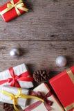 与圣诞节装饰的礼物木表面-系列11上 库存照片