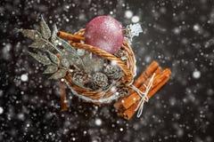 与圣诞节装饰的篮子在黑背景 免版税库存图片