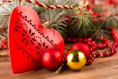 与圣诞节装饰的红色心脏 免版税库存图片