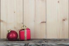 与圣诞节装饰的背景 免版税库存图片