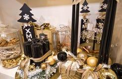 与圣诞节装饰的花店架子 免版税图库摄影