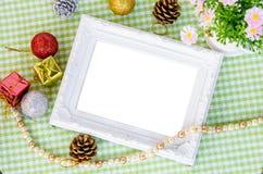 与圣诞节装饰的葡萄酒白色照片框架与花 库存图片