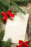 与圣诞节装饰的葡萄酒纸牌 库存图片