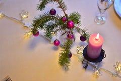 与圣诞节装饰的表在紫色颜色 免版税库存照片