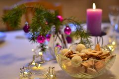 与圣诞节装饰的表在紫色颜色 库存图片
