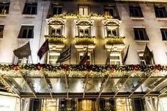 与圣诞节装饰的豪华大厦在晚上 库存图片