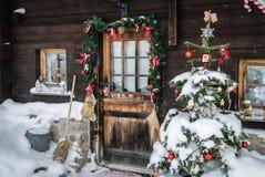 与圣诞节装饰的门 免版税库存图片