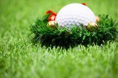 与圣诞节装饰的高尔夫球的高尔夫球运动员假日 库存图片