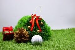 与圣诞节装饰的高尔夫球的高尔夫球运动员假日 免版税库存照片