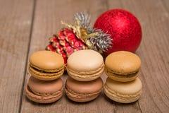 与圣诞节装饰的Macarons 库存照片