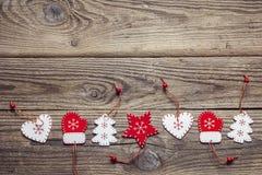 与圣诞节装饰边界的背景在老木头的 免版税库存照片