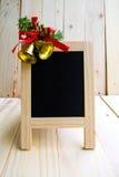 与圣诞节铃声的黑板标志 免版税库存照片