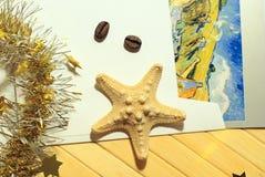 与圣诞节闪亮金属片、海星和明信片的静物画在葡萄酒样式,顶视图 库存图片